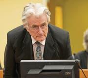 Der Angeklagte Radovan Karadzic nimmt im Gerichtssaal des Kriegsverbrechertribunals in Den Haag Platz. (Bild: ap/Michael Kooren)