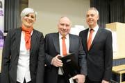 Martin Ammann und Monika Göldi verabschieden Verwaltungsrat Werner Göldi (Mitte) aus dem Gremium. (Bild: Hansruedi Rohrer)