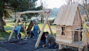 Kiwani-Mitglieder errichteten das Spielhaus aus Holz. (Bild: PD)