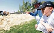 Lagebesprechung: Stefan Burkhalter beobachtet zusammen mit Sohn Thomas am Frühjahrsschwingen in Buch die Konkurrenz. (Bild: Donato Caspari)