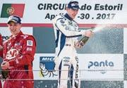 Philipp Frommenwiler (rechts) feiert den Sieg mit Champagner. (Bild: PD)