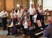 Beim jährlich stattfindenden Gottesdienst zusammen mit Menschen mit Behinderung spielten Kinder Theater und ein Chor sang Lieder. (Bilder: pd)