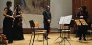 Bevor das Quartett in die Pause entschwindet, eröffnet Stadträtin Madeleine Rickenbach Gabriel Estarella, dass er Kulturpreisträger ist. (Bild: Ramona Riedener)