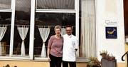Das dürfte wohl eines der letzten Bilder vom Ehepaar Kremmel vor dem Restaurant Zollhaus sein. (Bild: Heidy Beyeler)