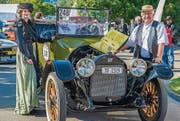 Sabine und Peter Herzog aus Ermatingen mit dem Buick D45, Jahrgang 1916, im Fahrerlager. (Bild: Reto Martin (Reto Martin))