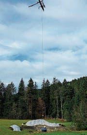 Der Helikopter setzt die neue Brunnenstube in der Moosweid ab. (Bild: PD)