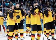 Direkt nach dem Spiel überwiegt bei den deutschen Eishockeyspielern die Enttäuschung über die Niederlage. (Bild: Julio Cortez/AP)