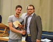 Gemeindepräsident Ulrich Marti (rechts) gratuliert Berufsweltmeister Sven Bürki. (Bild: Christian Ruh)