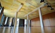 Der Boden über der Aula hängt sieben Zentimeter durch. Als Sofortmassnahme waren Stützen installiert worden. (Bilder: Max Eichenberger)