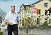 Gemeindepräsident Jürg Schumacher vor dem Gemeindehaus an der Dorfstrasse. (Bilder: Mario Testa)