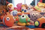 Püppchen, Bärchen, Helikopter, Fische, Autos, Kätzchen, Hühner und Mäuse – gross ist die Vielfalt der bunten Figuren aus Wolle. (Bild: Corinne Hanselmann)