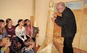 Gert Gschwendtner zeigte den Schülerinnen und Schülern aus Sevelen auf, dass Kunst für ihn eine Art der Philosophie darstellt. (Bild: PD)