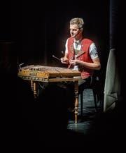 Spielt Musik zum ernsten Thema: Nicolas Senn im Chössi-Theater. (Bild: Michel Canonica (Lichtensteig, 21.3.2018))