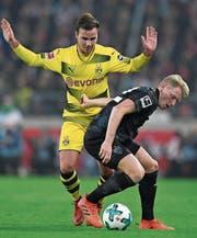 Vier Tage nach der Pleite gegen Stuttgart geht es für Dortmund mit Mario Götze (links) in der Champions League weiter. (Bild: EPA)