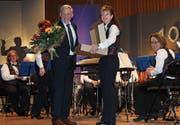 Die Stadtmusik ehrt Dirigent Harald Fröhlich. (Bild: Judith Meyer)
