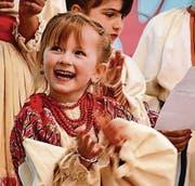 Stolz: Junge Kroatin bei einer Aufführung ihrer Gruppe. (Bild: Max Eichenberger)