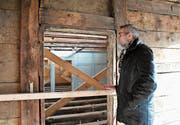 Stefan Mayer blickt durch die Zimmerflucht im alten Bauernhaus in Gizehus. (Bild: Rita Kohn)