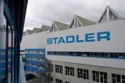 Stadler hat das beschuldigte Unternehmen auf den 1. Januar 2016 hin gekauft. (Bild: GIAN EHRENZELLER (KEYSTONE))