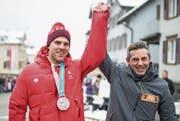 Moment für die Ewigkeit: Athlet Marc Bischofberger zusammen mit dem Oberegger Bezirkshauptmann Hannes Bruderer. (Bilder: Benjamin Manser)
