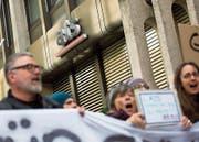 Journalisten der SDA (ATS) demonstrieren gegen den geplanten Stellenabbau. (Bild: Peter Klaunzer/Keystone (Bern, 2. Februar 2018))