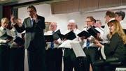 René Aebi, Dirigent des Männerchors Buch, animiert das Publikum bei der Zugabe dazu, mitzusingen. (Bild: Evi Biedermann)