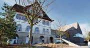 Der Mammertsberg wird erste Adresse: Den über hundertjährigen Altbau hat Tilla Theus (r.) restauriert und durch einen modernen Neubau aus Naturstein ergänzt. Der Innenausbau ist noch im Gange. (Bilder: pd/Max Eichenberger)