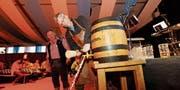 Ein Schlag, und das Bier fliesst (Bild: Donato Caspari)