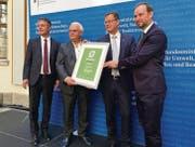 Fredy Iseli (zweiter von links) nahm gestern in Berlin den GreenTec Award entgegen. (Bild: pd/GreenTec Awards)