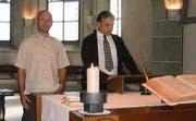 Samuel Hertner (l.) wurde zum neuen Pfarrer gewählt. Kirchgemeindepräsident Felix Schumacher leitete die Versammlung. (Bild: Andrea Eugster-Benz)