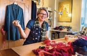 Designerin und Näherin mit Leib und Seele: Katharina Rupp-Bachmann in ihrem Atelier an der Märwilerstrasse 1 in Rothenhausen. (Bild: Andrea Stalder)