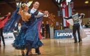 Mehrere Paare tanzen beim Wiener Walzer gleichzeitig übers Parkett. (Bild: Andrea Stalder)