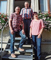 Der langjährige Gastgeber Hans «Häsi» Wirth (Mitte) übergibt den Betrieb bald an seine Nachfolger Barbara und Hampi Hitz. (Bild: KER)