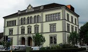 Am 6. Juli soll das bis dahin fertig sanierte Schulhaus Hauptstrasse eingeweiht werden. (Bild: Kurt Peter)