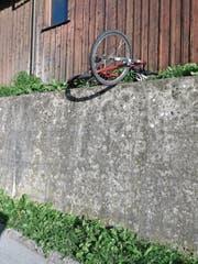 Velo samt Helm auf einer Stützmauer bei der Bahnhofstrasse. (Bild: Louis Nef)
