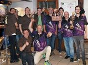 Gemeinsame Siegerehrung: die Falken-Darter aus Frauenfeld (braun) und der Kufsteiner Dartclub Hummels (violett). (Bild: PD)