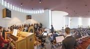 Zur Wiedereröffnung der gewölbt gestalteten Kirche in Buechen-Staad begeistern Chor und Orchester mit der Uraufführung von «Missa Resurrexit». (Bild: Christof Sonderegger)