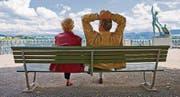 schnitt - An elderly couple enjoys a mild afternoon in June on a park bench in Buerkliplatz square in Zurich, Switzerland, pictured on June 11, 2009. (KEYSTONE/Gaetan Bally) Ein aelteres Paar geniesst den lauen Juninachmittag auf einer Parkbank am Buerkliplatz in Zuerich, aufgenommen am 11. Juni 2009. (KEYSTONE/Gaetan Bally) (Bild: GAETAN BALLY (KEYSTONE))
