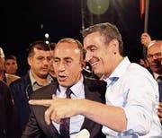 Der designierte neue Premierminister Ramush Haradinaj (links) freut sich mit Kardi Veseli, dem Präsidenten des Koalitionspartners PDK, über den Ausgang an der Urne. (Bild: Visar Kryeziu/AP (Pristina, 12. Juni 2017))