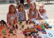 Die vier Ausstellerinnen störten sich nicht an den fehlenden Mitbewerbern am Kinderflohmarkt in Aadorf. (Bild: Kurt Lichtensteiger)