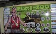 Lässig mit Brille: Murganesenpräsident Ivan Gubler vor dem Eingangsschild des Plättli-Zoos. (Bilder: Screenshots Youtube)