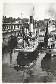 Ein Dampfschiff im Hafen Romanshorn.