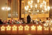 Stilvoller Aufritt des Konzertchors Bader mit weiteren Mitwirkenden am Dreikönigskonzert in Sirnach. (Bild: Rudolf Steiner)