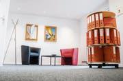 Das Büro der Gemeindepräsidentin im Obergeschoss: Für Besprechungen stehen moderne, bequeme Stühle zur Verfügung. (Bilder: Andrea Stalder)