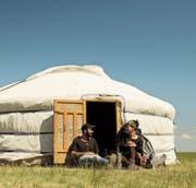 In der Weite der Mongolei lädt man Gwen und Patrick ein, in der Jurte zu übernachten. (Bild: Allgaier/Weisser (Mongolei, Juni 2014))