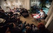 Im Wohnzimmer der Familie Stähli: Alle sitzen bequem und hören Axel Julius Fündeling zu. (Bild: Reto Martin)