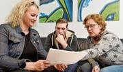 Eine typische Situation: Time-out-Leiterin Franziska Stöckli bespricht mit Christian und Daniela Rietmann die Lernziele. (Bild: Donato Caspari)