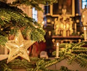 Festlich geschmückt: der Weihnachtsbaum in der Kolumbanskirche in Rorschach. (Bild: Jil Lohse)