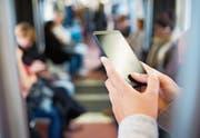 In der Bahn richten viele Menschen ihren Blick auf ihr Smartphone. (Bild: depositphotos/LDProd)