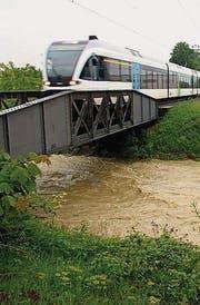 Sicher: Unter der Eisenbahnbrücke kann mehr abfliessen als 2002. (Bild: Rudolf Hirtl oceandesign@bluewin)