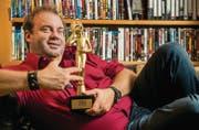 Nach dem Sieg beim Swiss Comedy Award gönnt sich Florian Rexer einen entspannenden Moment, bevor es zu den nächsten Terminen geht. (Bild: Reto Martin)